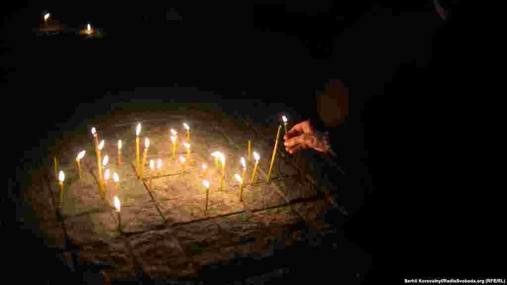 Люди запалюють свічки на знак пам'яті за своїми земляками