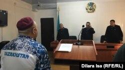 Журналист Амангельды Батырбеков (слева) во время заседания апелляционного суда. Туркестан, 9 января 2020 года.