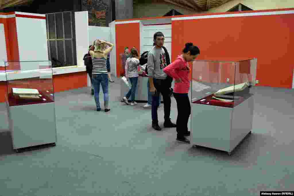 Посетители ходили по ЦГМ и знакомились с выставками. Например, с выставкой трех предметов. На этот раз музей выставил Коран, Библию, Тору и несколько самых узнаваемых символов трех авраамических религий.