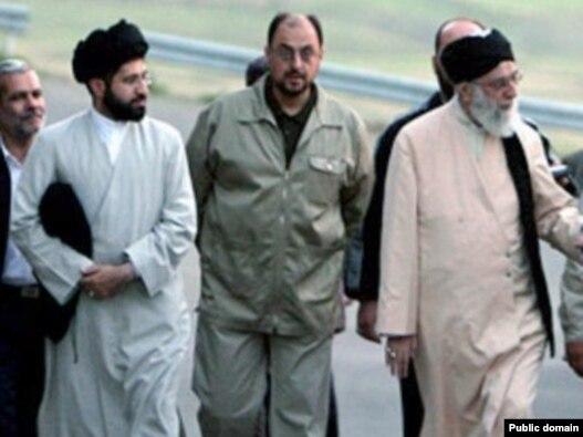 «وحید» معاون اجرایی بیت  رهبری نفر وسط به همراه رهبر جمهوری اسلامی و یکی از فرزندانش.