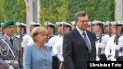 German Chancellor Angela Merkel with Ukrainian President Viktor Yanukovych during an official welcoming ceremony in Berlin on August 30