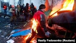 Столкновения демонстрантов с милицией на улицах Киева