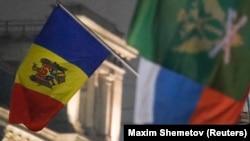 Знамето на Молдавија пред амбасадата на земјата во Русија