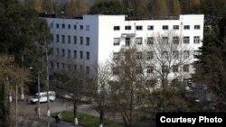 Скандал, связанный с деятельностью сухумского роддома, разразился в октябре, когда младенец умер при попытке вывезти его на лечение за пределы Абхазии