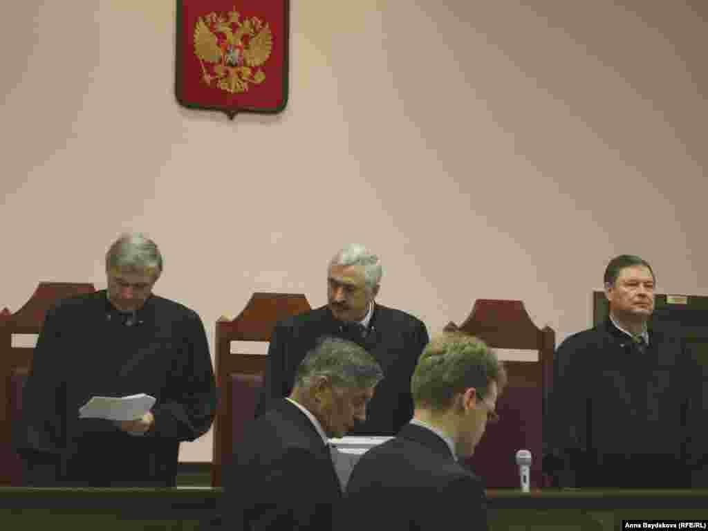 Верховный суд в лице судей Геннадия Иванова, Алексея Шурыгина и Владимира Шишлянникова огласил решение под аплодисменты зала