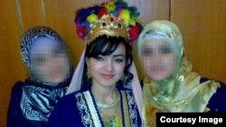 Шахло Рустамходжаева (в центре) с сестрами в один из дней свадебных торжеств