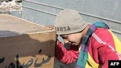 کودک عراقی، در کنار تابوت پدرش که صبح جمعه کشته شده، اشک می ریزد.