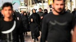 خواهر یکی از جانباختگان اعتراضات در بغداد و دیگر سوگواران در شهر نجف