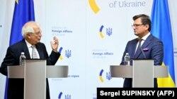 Глава внешнеполитического ведомства ЕС Жозеп Борель и министр иностранных дел Украины Дмитрий Кулеба
