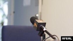 Марҳамат¸ +420 602 612 713 рақамига қўнғироқ қилинг, SMS хабарлари йўлланг - Озодликнинг эркин микрофони Сиз учун ҳам очиқ!