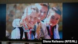 Copiii Moldovei, una din fotografiile expuse la Aeroportul Internațional Chișinău