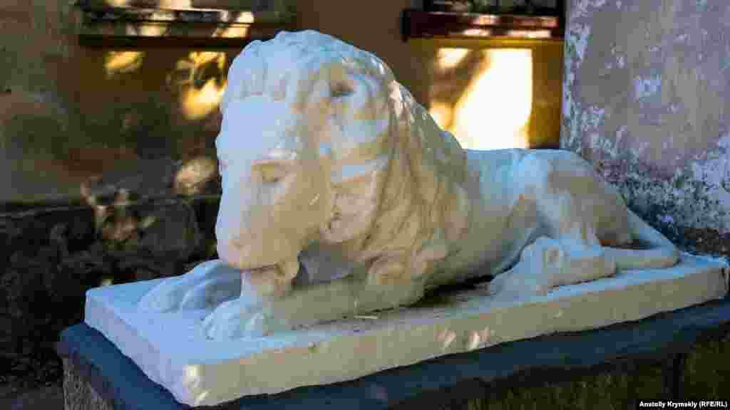 Мармуровий лев на порозі історичного маєтку, де нині облаштовано п'ять житлових квартир