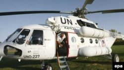 Afghanistan -- A UN helicopter arrives to evacuate UN workers in Herat, 05Nov2009