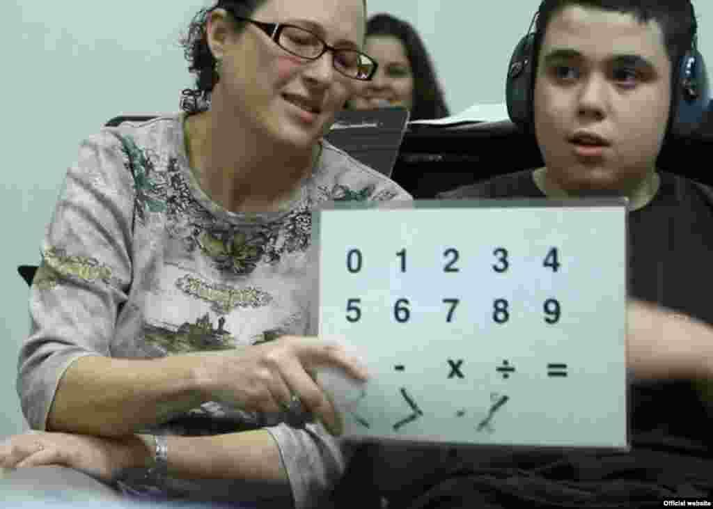 ایدو حالا خودش را با نوشتن بیان میکند و بیشتر از طریق آیپد. یک صفحه ساده لمینیتشده هم دارد که یک طرف آن اعداد نوشته شده و یک طرف هم حروف. ایدو با اشاره به حروف، جمله میسازد و افکار و خواستههایش را منتقل میکند.