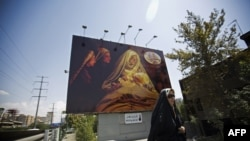 """Тегеран көшеcіндегі """"Мұхаммед"""" фильмінің баннері."""