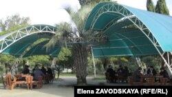 «Ветер перемен» превратил эту кофейню под открытым небом в что-то вроде якобинского клуба или Гайд-парка