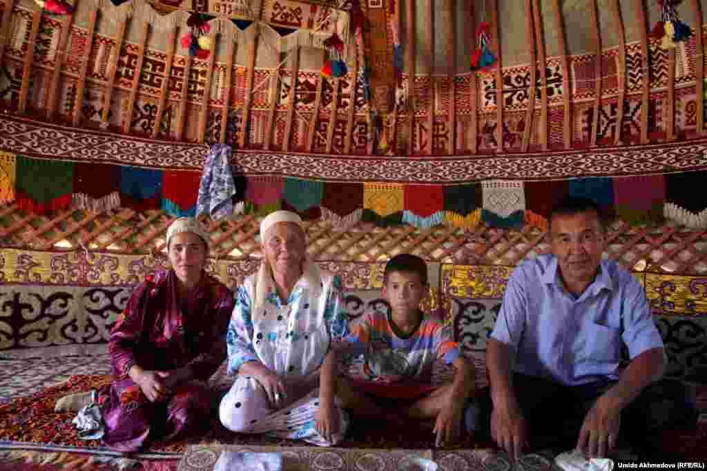 На фото - семья Астары-апай со старшим сыном Дулатом, невесткой Фаридой и ее сыном, которая будет жить в юрте