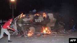 4 июня. Военная техника, горящая на Тяньаньмэнь.