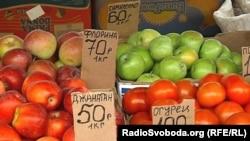 Фрукти й овочі на донецькому ринку