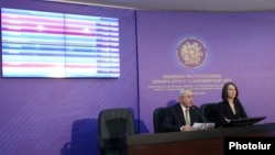 Орталық сайлау комиссиясының төрағасы Тигран Мукучян (сол жақтан бірінші) парламент сайлауының қорытындысын жариялап тұр. Ереван, 7 мамыр 2012 жыл.