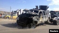 الشرطة تسحب إحدى سيارتها التي تضررت في تفجير التاجي