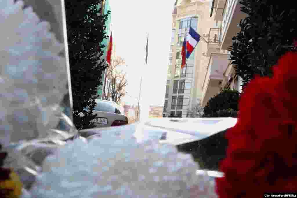 Қырғызстандағы Франция елшілігі алдына қойылған гүлдер. Бішкек, 14 қараша 2015 жыл.