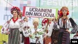 Представлення традиційного українського народного одягу на фестивалі IaMania у Молдові. Село Голлеркані, що за 52 кілометри на північний схід від Кишинева, 9 липня 2016 року (ілюстраційне фото)
