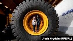 MAZ va BelAZ Belarusning yirik avtomobolsizlik korxonalaridir. Suratda: BelAZ yuk mashinasi g'ildiragi.