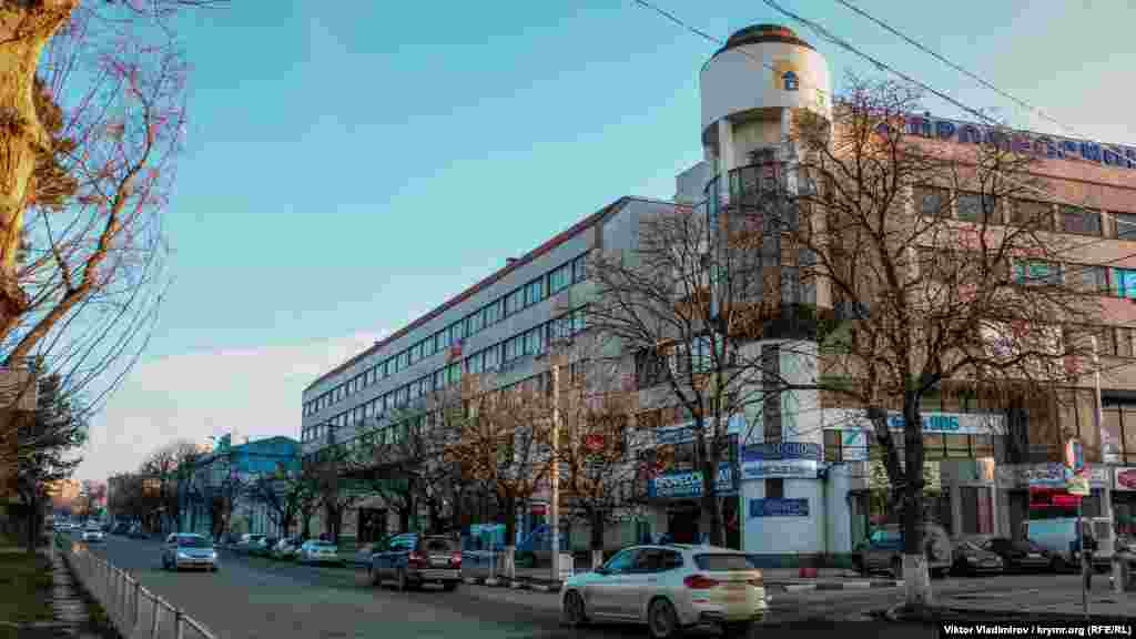 Первоначально (с 1876 года) улица именовалась Бульварной, поскольку на нее выходил бульвар. Вид на улицу Ленина с площади Советской. Главный объект внимания ‒ пятиэтажный торговый центр справа