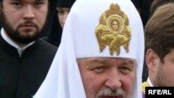 Патриарх Кирилл на церемонии вручения диплома был не похож на себя: на него одели мантию и квадратную шапку с кисточкой.