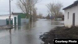 Затопленная улица в селе Чкалово, Карагандинская область. 15 апреля 2017 года. Фото прислали жители села.