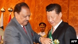 "Pakistani President Mamnoon Hussain (L) confers the country's highest civil award ""Nishan-i-Pakistan"" on Chinese President Xi Jinping on April 21."