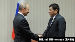 Phillipine President Rodrigo Duterte (right) had been die to meet his Russian counterpart Vladimir Putin on May 24. (file photo)