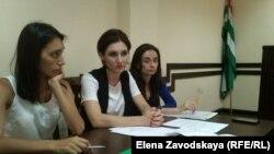 Сегодня во второй половине дня Гульгаз Мамедова (на фото слева) обратилась в прокуратуру Сухума с жалобой на отказ Виктора Джанба исполнить судебное решение. Прокуратура начала проверку