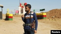 Kürd Demokratik İttifaq Partiyasının döyüşçüsü Suriya-İraq sərhədində