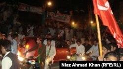 Suporteri ai formațiunii lui Sharif celebrînd victoria.