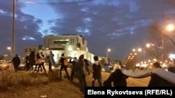 Студенты несут российский флаг на митинг-концерт