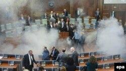 Під час сутичок у залі косовського парламенту 15 жовтня 2015 року