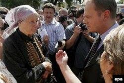 Дональд Туск во время встречи с белорусскими протестующими. Гродно, 1 августа 2005 года