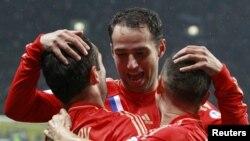 Футболисты сборной России отмечают гол в ворота команды Португалии. 12 октября 2012 г, Москва