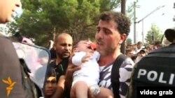 Pamje e imigrantëve dhe e policisë në kufirin e Maqedonisë me Greqinë