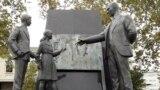 Пам'ятник у Стамбулі: турецький лідер Мустафа Кемаль Ататюрк пояснює нову абетку