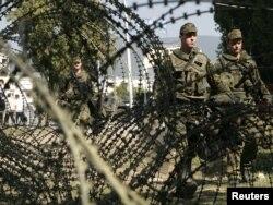 Vojnici KFOR-a kod barikada u Mitrovici, oktobar 2011.