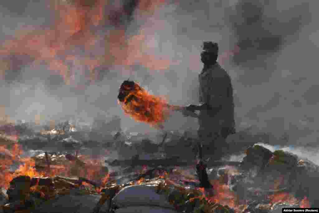 Pakistan, Halkara gümrükçiler gününe bagyşlanan çäre. Gümrük ofiseri konfiskasiýa edilen neşe maddalaryny otlaýar. Karaçi, 26-njy ýanwar. (Reuters/Akhtar Soomro)