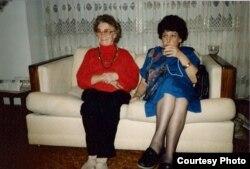 Натальля Арсеньнева (справа) і Яніна Шабуня-Каханоўская. Нью-Ёрк, лістапад 1991