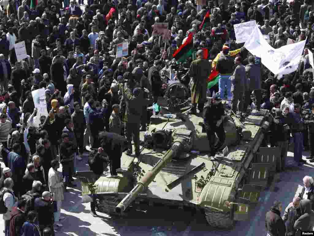 تانک ارتش در میان معترضان حکومت قذافی در شهر زاویه