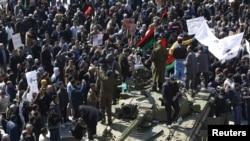 Танки с солдатами, перешедшими на сторону повстанцев, Эз-Зауия, 27 февраля 2011