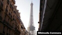 Вид на Эйфелеву башню в Париже. Иллюстративное фото.