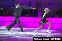 Двукратные олимпийские чемпионы из России Татьяна Волосожар и Максим Траньков выступают на ледовом шоу в Алматы.