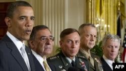 باراک اوباما در حال معرفی لئون پانهتا، دیوید پتریوس، جان آلن، و رایان کراکر در سمتهای جدید